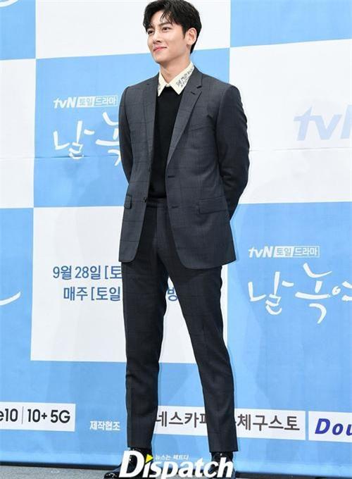 Ji Chang Wook khoe đôi chân dài miên man, body hoàn hảo cùng phong thái sao hạng A