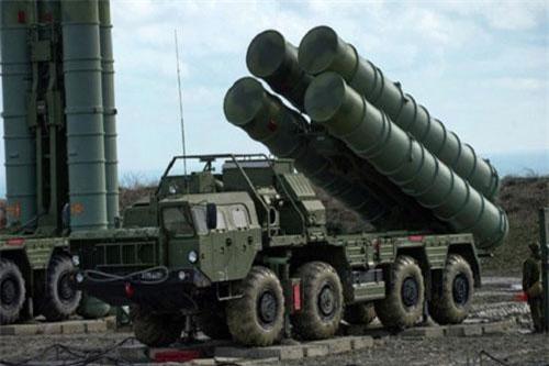 """S-400 Triumf là tổ hợp tên lửa phòng không tầm xa rất lợi hại của Nga, hệ thống vũ khí này đang là món hàng """"ăn khách"""" trên thị trường quốc tế nhờ những tính năng được quảng cáo là độc nhất vô nhị và không có đối thủ."""