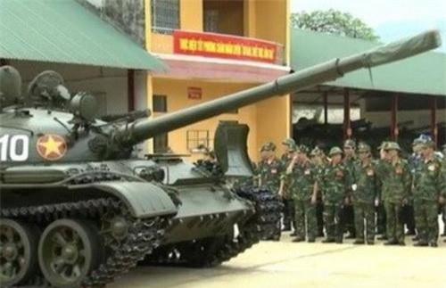 Xe tăng chiến đấu chủ lực (MBT) T-62 được giới thiệu với đoàn cán bộ cấp cao Binh chủng Tăng - Thiết giáp. Ảnh: Quân đội nhân dân.
