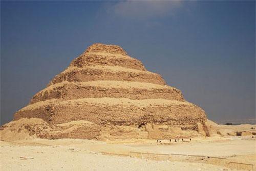 Kim tự tháp bậc thang Djoser là kim tự tháp lâu đời nhất Ai Cập.