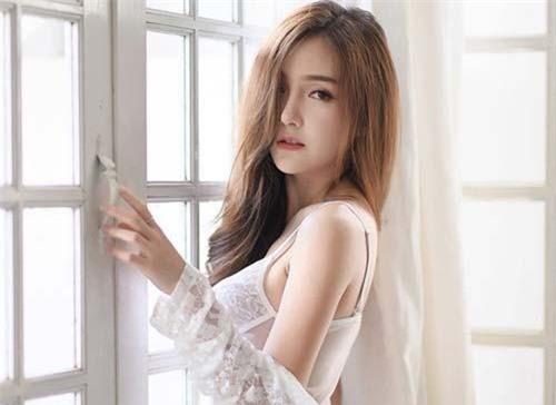 Giữa rất nhiều người đẹp Thái Lan theo đuổi hình tượng phồn thực, gợi tình, Rossarin Klinhom đem đến làn gió mới mẻ, ngọt lành.