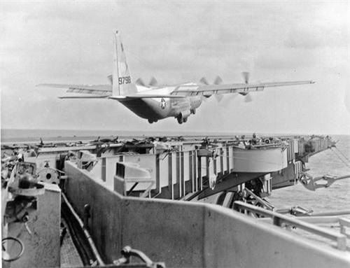 Máy bay vận tải C-130 Hercules cất cánh thành công trên tàu sân bay USS Forrestal. Ảnh: War History Online.