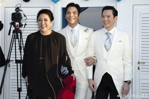 Cách đây ít phút, trên trang cá nhân, Trần Lam chia sẻ hình ảnh hôn lễ của con trai Hướng Tả và nữ diễn viên Đài Loan Quách Bích Đình.
