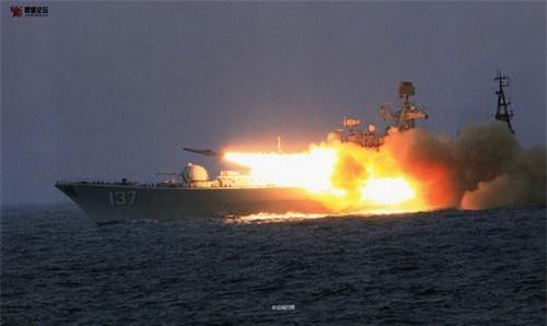 Tên lửa 3M80 Moskit được phóng đi từ khu trục hạm Phúc Châu số hiệu 137 thuộc lớp Sovremenny của Hải quân Trung Quốc. Ảnh: China Military.
