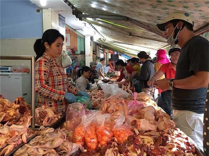 Nóng tuần qua: Giá gà rẻ hơn rau, người nuôi mất hơn 60 tỷ đồng mỗi tuần - 1