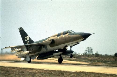 Tiêm kích F-105G mang cả hai loại tên lửa chống radar trong một nhiệm vụ đánh phá miền Bắc. Ảnh: War History Online.