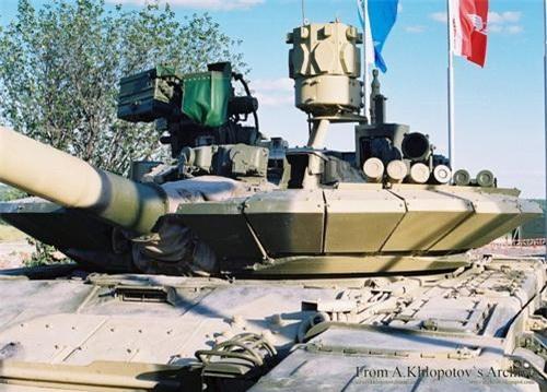 Hệ thống phòng vệ chủ động Arena lắp trên tháp pháo xe tăng T-72. Ảnh: Defence Blog.