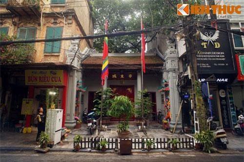 Nằm ở số 7 Hàng Vải, đình Đông Thành còn được gọi là đình Hàng Vải, là một trong những ngôi đình cổ có không gian rộng rãi và kiến trúc đẹp nhất khu phố cổ Hà Nội.