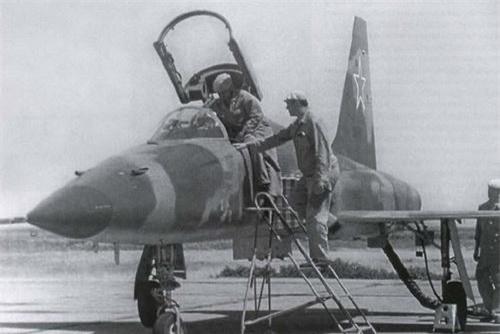 Tiêm kích F-5E mang phù hiệu ngôi sao đỏ của Không quân Liên Xô. Ảnh: Sputnik.
