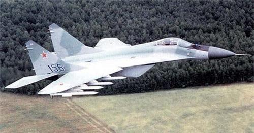 MiG-29M đã loại bỏ cửa lấy khí phụ và có tới 4 giá treo vũ khí mỗi bên cánh. Ảnh: Military Today.