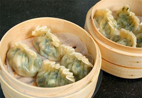 Sủi cảo, hay còn gọi là bánh chẻo, là một món ngon của người Hoa khá phổ biến ở Sài Gòn. Nhân sủi cảo thường có thịt nghiền, rau.