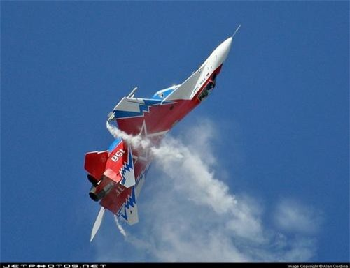 MiG-29 OVT biểu diễn tại MAKS-2007. Ảnh: Jet Photo.