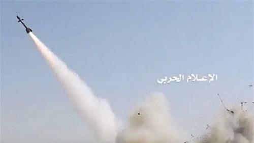 Tên lửa không đối không R-27T được hoán cải thành đạn đất đối không. Ảnh: Al Masdar News.