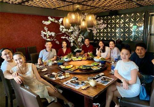 Hà Tăng và chồng doanh nhân vẫn rất hạnh phúc trong buổi đi ăn với bạn bè cách đây ít giờ.