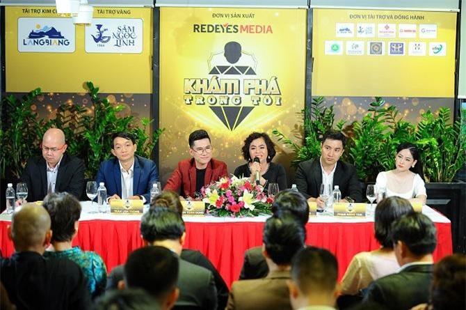 """Bà Thái Thu Đào - CEO của RedEyes - Giám đốc sản xuất chương trình """"Khám phá trong tôi"""" chia sẻ về chương trình với báo giới và khách mời (Ảnh: VH)"""