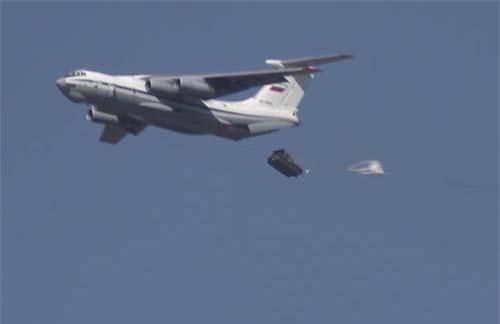 Xe bọc thép được thả trong cuộc tập trận của Không quân Nga (Ảnh: Reuters)