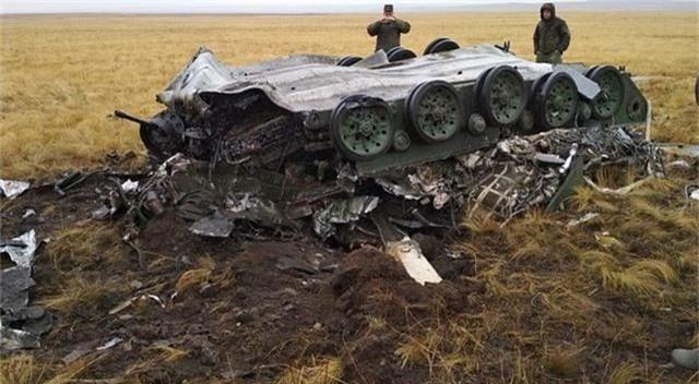 Xe bọc thép Nga vỡ vụn sau màn rơi tự do từ máy bay quân sự - 2