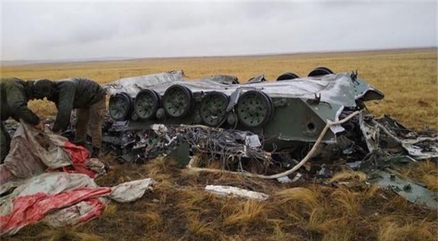 Xe bọc thép Nga vỡ vụn sau màn rơi tự do từ máy bay quân sự - 3
