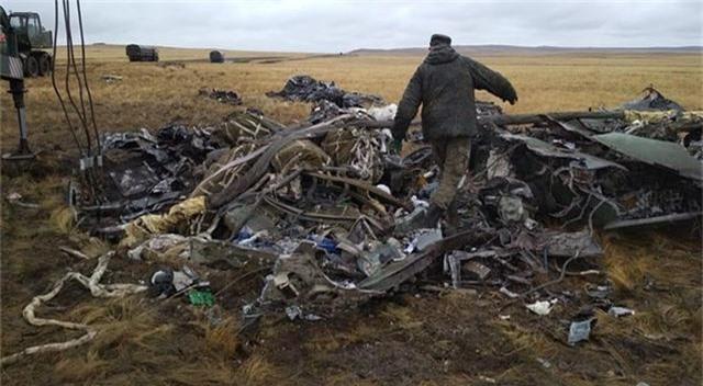 Xe bọc thép Nga vỡ vụn sau màn rơi tự do từ máy bay quân sự - 4