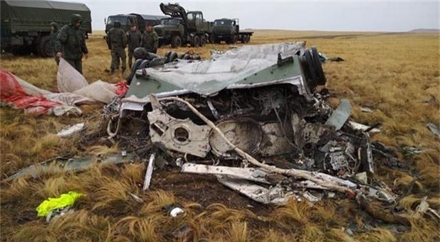 Xe bọc thép Nga vỡ vụn sau màn rơi tự do từ máy bay quân sự - 5