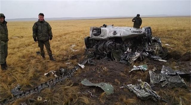Xe bọc thép Nga vỡ vụn sau màn rơi tự do từ máy bay quân sự - 6