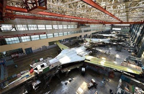 Máy bay ném bom chiến lược siêu âm Tu-160M2 trên dây chuyền lắp ráp. Ảnh: TASS.