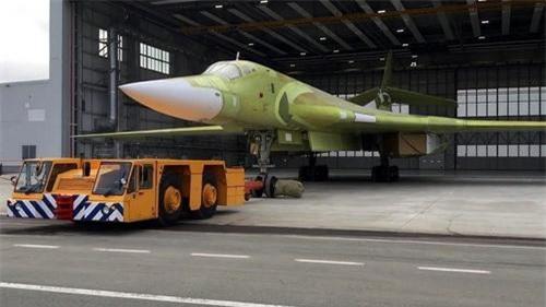 Chiếc máy bay ném bom chiến lược Tu-160M2 đầu tiên rời khỏi dây chuyền sản xuất của Tổ hợp công nghiệp hàng không Kazan. Ảnh: Ria Novosti.