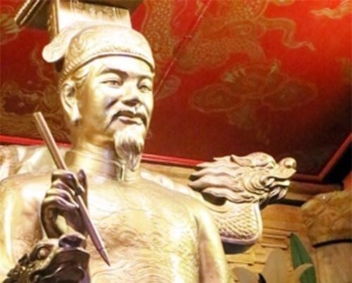 """2: Vị vua triều Lê từng lập nhóm """"Tao Đàn nhị thập bát tú""""? Vua Lê Thánh Tông của nhà Hậu Lê cũng là một trong những vị quân vương giỏi thơ văn. Ông từng lập """"Tao Đàn nhị thập bát tú"""", tập trung những nhà văn, thơ lớn của triều Lê như Đỗ Nhuận, Thân Nhân Trung, Lương Thế Vinh…"""