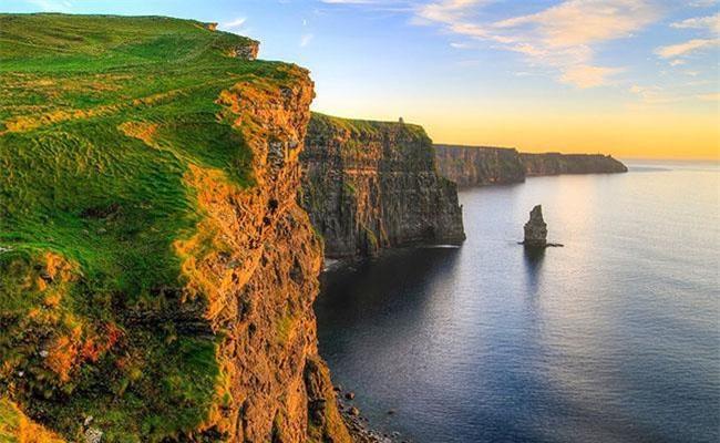 """3: """"Hòn đảo ngọc lục bào"""" gắn với nước nào? Theo sách """"Khám phá những vùng đất bí ẩn, """"Hòn đảo ngọc lục bào"""" là biệt danh được nhà thơ William Drennan đặt cho Ireland, khi miêu tả về vẻ đẹp của đất nước này. Tiếp giáp Đại Tây Dương, Ireland có lượng mưa dồi dào, thảm thực vật phát triển mạnh và tràn trề sức sống, địa hình bằng phẳng theo hình lòng chảo tạo nên đất nước xinh đẹp."""