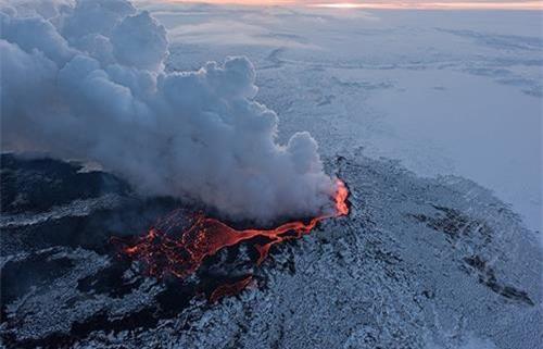 """4: """"Xứ sở băng đảo"""" là biệt danh của nước nào? """"Xứ sở băng đảo"""" hay """"vùng đất lửa và băng"""" là biệt danh của Iceland. Theo World Atlas, Cộng hòa Iceland nằm giữa Đại Tây Dương, giáp vòng Bắc Cực, có khí hậu rất lạnh giá với nhiều sông, núi băng. Bên cạnh đó, Iceland cũng có nhiều núi lửa, suối nước nóng và nguồn địa nhiệt khổng lồ do nằm trên vành đai núi lửa Đại Tây Dương. Chính vì có sông băng và núi lửa, Iceland được gọi là vùng đất lửa và băng hay """"xứ sở băng đảo""""."""
