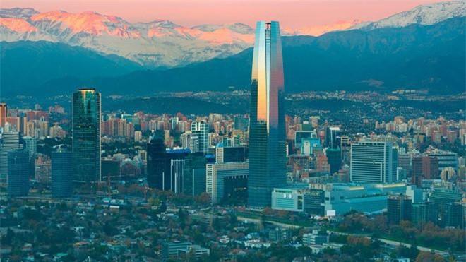 """5: Quốc gia Nam Mỹ là """"vùng đất của thi nhân""""? Theo BBC, Chile là mảnh đất khai sinh ra nhiều nhà văn, nhà thơ xuất sắc (từng có 2 được giải Nobel văn học) cùng kho tàng văn chương đồ sộ. Với những thành tích nổi bật đó, Chile còn được biết đến với biệt danh """"vùng đất của thi nhân""""."""