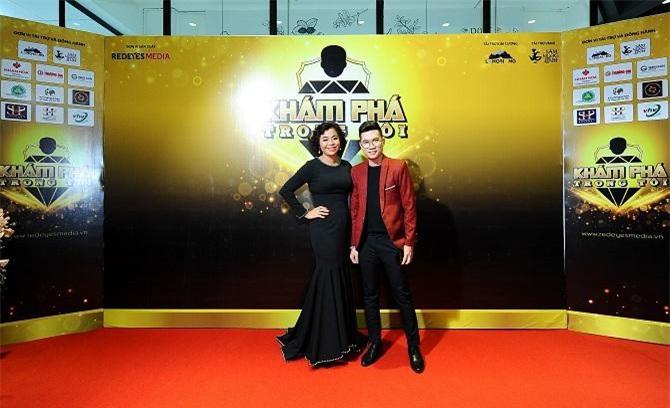 5CEO Thái Thu Đào và Đạo diễn Jos Tuấn Dũng thân thiết trên thảm đỏ Khám phá trong tôi