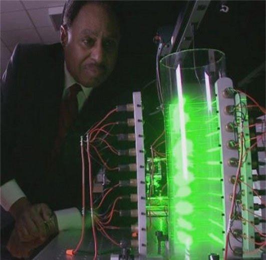GS. Ronald Mallet bên cỗ máy du hành trong thời gian.