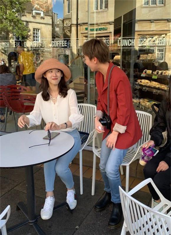 Chương Trạch Thiên gặp đồng hương khi đến ĐH Cambridge học, hôm 15/9. Ảnh: Weibo.