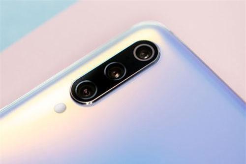 Xiaomi Mi 9 Pro sở hữu 3 camera sau. Cảm biến chính 48 MP, f/1.75, có khả năng lấy nét bằng laser, lấy nét theo pha, chống rung quang học (OIS). Ống kính tele 12 MP, f/2.2 cho khả năng zoom quang học 2x. Cảm biến thứ ba 16 MP, f/2.2 cho ống kính góc rộng 117 độ. Bộ tứ này được trang bị đèn flash LED, quay video 4K.