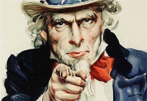 """1: Chú Sam là biệt danh của quốc gia nào? Theo sách """"Chuyện Đông chuyện Tây"""", từ năm 1813, nước Mỹ bắt đầu được đặt biệt danh Chú Sam. Tên gọi này gắn liền Samuel Wilson, người cung cấp thịt bò đóng thùng cho quân đội Mỹ trong cuộc chiến tranh năm 1812. Wilson đã đóng lên các thùng thịt chữ """"U.S."""" viết tắt cho chữ """"United States"""". Những người lính gọi chệch thành """"Uncle Sam"""" - Chú Sam. Các tờ báo địa phương hưởng ứng câu chuyện này và """"Uncle Sam"""" cuối cùng được chấp nhận rộng rãi, trở thành biệt danh của nước Mỹ."""