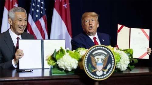 Tổng thống Trump và Thủ tướng Lý Hiển Long ký thỏa thuận gia hạn sử dụng căn cứ quân sự ngày 23/9 (Ảnh: AFP)