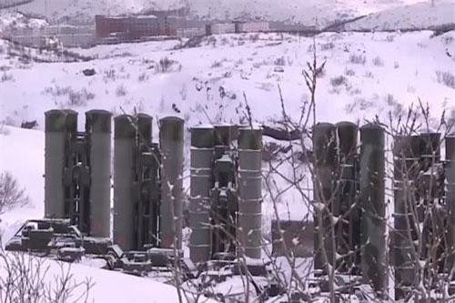 """Thông tin về quyết định triển khai được cơ quan báo chí của Hạm đội Phương Bắc Nga ra thông báo cho biết. """"Trung đoàn phòng thủ thuộc Hạm đội đóng trên đảo Yuzhny trong quần đảo Novaya Zemlya đã được trang bị hệ thống S-400 phiên bản riêng cho Bắc Cực"""", Hạm đội Phương Bắc ra thông báo."""