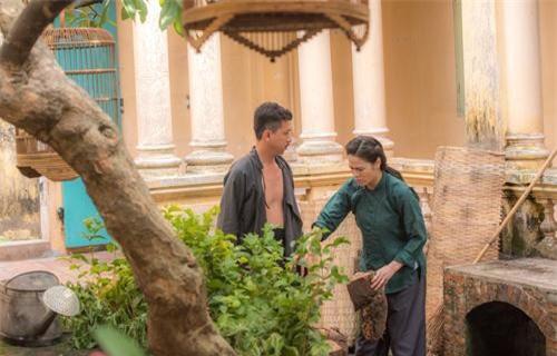 Lũ và Thị Bình bị bắt gặp đang nói chuyện riêng.