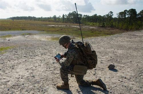 Hệ thống mới của Quân đội Mỹ hiện đang được thử nghiệm ở quy mô nhỏ có tên gọi cực kỳ dễ hiểu - đó là Hệ thống Bàn giao Mục tiêu (Target Handoff System). Đúng như cái tên gọi của mình, hệ thống này cho phép binh lính Mỹ cập nhật mục tiêu cho toàn bộ các lực lượng liên quan trong khu vực. Nguồn ảnh: BI.