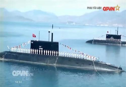 """Theo đó những hình ảnh hiếm hoi bên trong tàu ngầm Kilo Việt Nam trong quá trình hoạt động trên biển và cả trong diễn tập bắn đạn thật trong năm 2017, bất ngờ xuất hiện trong phim tàu liệu """"Một số hình ảnh huấn luyện diễn tập năm 2017"""" do kênh truyền hình QPVN sản xuất. Nguồn ảnh: QPVN."""