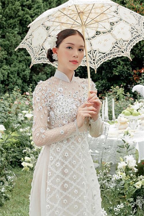 Linh Rin vừa bất ngờ khoe ảnh cô mặc áo dài cưới trắng muốt, hoá thành một cô dâu yêu kiều giữa khung cảnh mơ mộng đầy hoa cỏ.