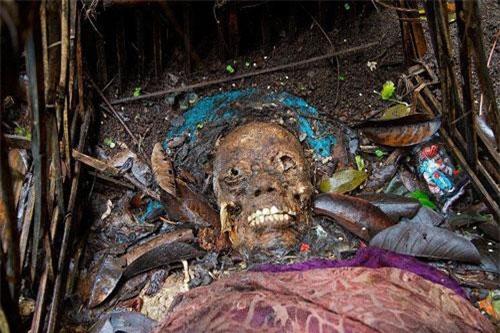 Tại ngôi làng Trunyan, thuộc đảo Bali xa xôi của Indonesia, người dân ở đây có tập tục vô cùng kỳ lạ, đầy ám ảnh. Khi một người trong làng qua đời, họ sẽ vận chuyển thi hài bằng thuyền qua hồ Batur đến khu nghĩa địa Trunyan để... phơi xác.