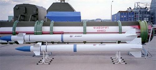 Đạn tên lửa đánh chặn 9M96E (ngắn) và 9M96E2 (dài) trang bị cho tổ hợp phòng không S-350E Vityaz. Ảnh: Ria Novosti.
