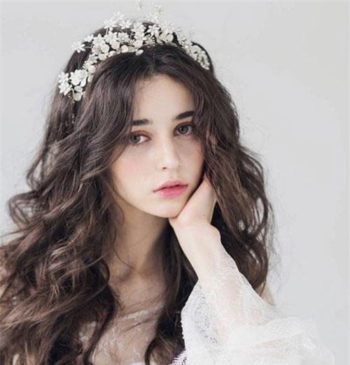 Người đẹp sinh năm 1998 gây ấn tượng bởi vẻ đẹp thanh thoát tựa thiên thần.