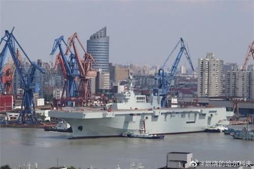 Tàu đổ bộ mang trực thăng Type 075 của Hải quân Trung Quốc. Ảnh: Sina.