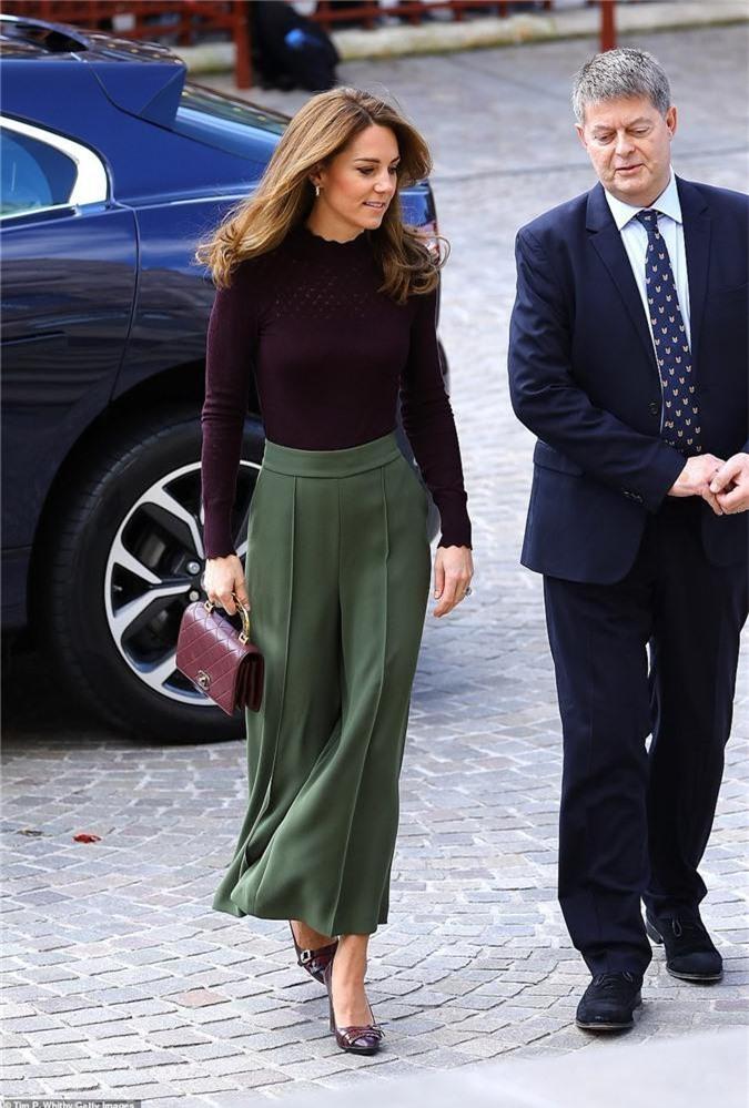 Công nương Kate chơi trội khi mang chiếc túi Chanel gần 100 triệu đồng đi dự sự kiện nhưng bị ném đá dữ dội chưa từng thấy - Ảnh 2.
