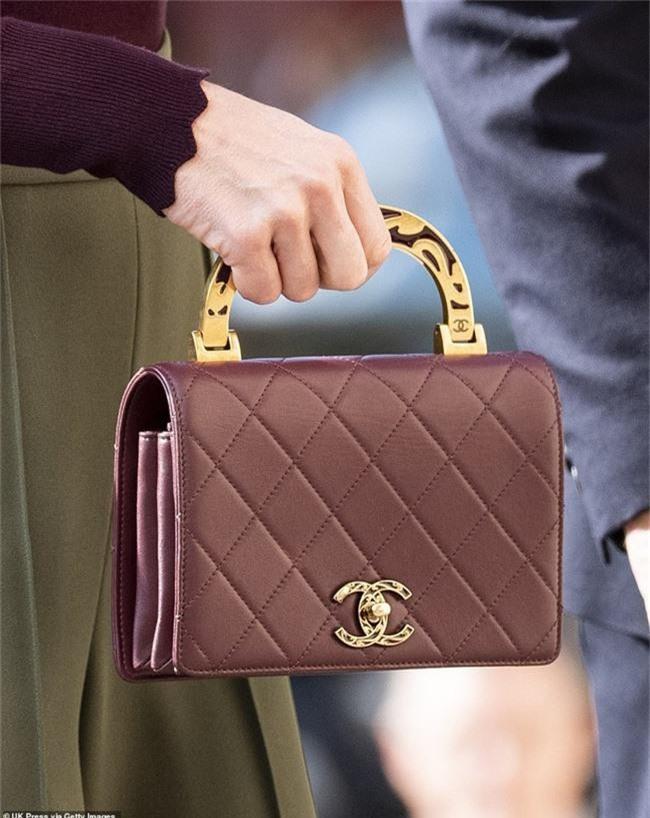 Công nương Kate chơi trội khi mang chiếc túi Chanel gần 100 triệu đồng đi dự sự kiện nhưng bị ném đá dữ dội chưa từng thấy - Ảnh 4.