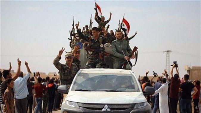 Tro lai Tal Tamr, quan doi Syria mang theo nhieu vu khi hang nang-Hinh-10