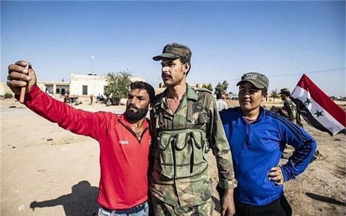 Tro lai Tal Tamr, quan doi Syria mang theo nhieu vu khi hang nang-Hinh-4